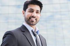 Усмехаясь бизнесмен или работник стоя в костюме около офисного здания Стоковые Изображения RF