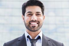 Усмехаясь бизнесмен или работник стоя в костюме Стоковое Фото