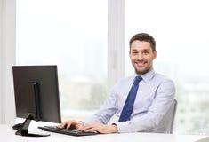 Усмехаясь бизнесмен или студент с компьютером Стоковое фото RF