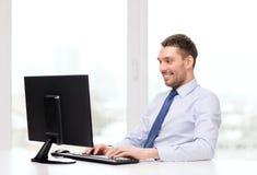 Усмехаясь бизнесмен или студент с компьютером Стоковые Изображения RF