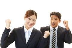 Усмехаясь бизнесмен и коммерсантки Стоковое Фото
