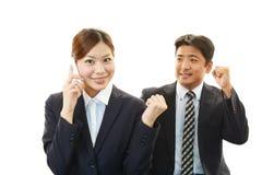 Усмехаясь бизнесмен и коммерсантки Стоковая Фотография