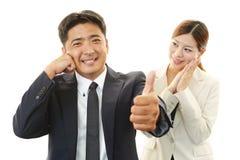 Усмехаясь бизнесмен и коммерсантки Стоковые Изображения RF