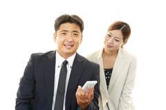 Усмехаясь бизнесмен и коммерсантки Стоковые Фото