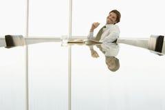 Усмехаясь бизнесмен на столе переговоров Стоковая Фотография RF