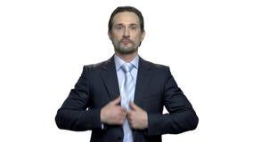 Усмехаясь бизнесмен прихорашивается перед зеркалом акции видеоматериалы