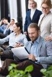 Усмехаясь бизнесмен с блокнотом Стоковая Фотография RF