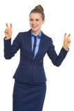 Усмехаясь бизнес-леди делая палец закавычить метки стоковые фотографии rf