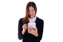 Усмехаясь бизнес-леди используя таблетку на белой предпосылке Стоковое фото RF