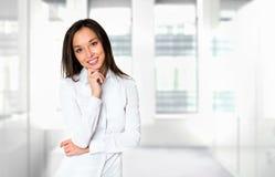 Усмехаясь бизнес-леди, на белой предпосылке Стоковая Фотография RF