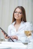 Усмехаясь бизнес-леди работая на таблетке ПК Стоковая Фотография RF