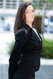 Усмехаясь бизнес-леди стоя внешний стоковая фотография rf