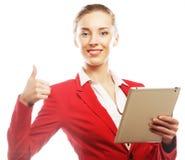 Усмехаясь бизнес-леди с выставкой большого пальца руки таблетки поднимающей вверх. Стоковое Изображение RF