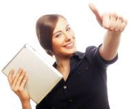 Усмехаясь бизнес-леди с выставкой большого пальца руки таблетки поднимающей вверх. Стоковые Изображения RF