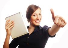 Усмехаясь бизнес-леди с выставкой большого пальца руки таблетки поднимающей вверх. Стоковое фото RF