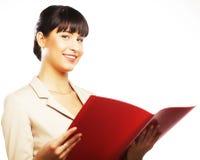 Усмехаясь бизнес-леди с красной папкой стоковое фото rf
