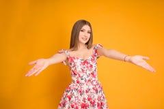 Усмехаясь блондинка в платье стоковая фотография rf