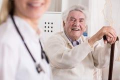 Усмехаясь богатый старик стоковая фотография rf