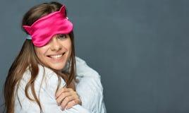 Усмехаясь бодрствование женщины вверх по портрету с одеялом Стоковое Фото