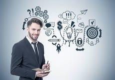 Усмехаясь бородатый бизнесмен, startup схема Стоковое Фото