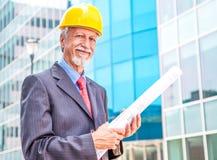 усмехаясь более старый архитектор смотря вне Стоковое Изображение RF