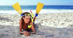 Усмехаясь брюнет с snorkeling оборудованием акции видеоматериалы