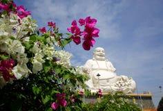 Усмехаясь Будда в одной из буддийских пагод в Вьетнаме Стоковое Фото