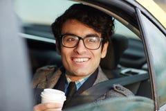 Усмехаясь ближневосточный бизнесмен в такси Стоковые Изображения