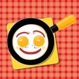 Усмехаясь взбитые яйца с беконом в лотке для Стоковая Фотография RF