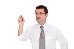Усмехаясь взрослый бизнесмен пишет с красной copyspace изолированным ручкой Стоковые Изображения RF