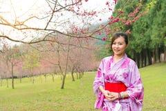 Усмехаясь вишня женщины красоты посещая зацветая Стоковые Изображения