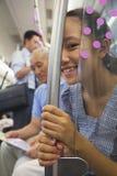 Усмехаясь внучка смотря через стекло на камере пока дед смотря карту Стоковая Фотография RF