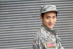 Усмехаясь воинский азиатский здоровый человек Стоковое Фото