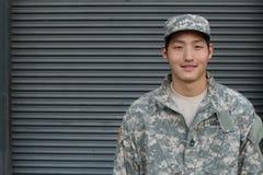 Усмехаясь воинский азиатский здоровый человек Стоковые Фото
