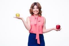 Усмехаясь вскользь женщина держа яблока на ладонях Стоковая Фотография