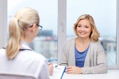 Усмехаясь встреча доктора и женщины на больнице Стоковые Изображения