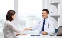 Усмехаясь встреча доктора и молодой женщины на больнице Стоковые Изображения