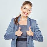 Усмехаясь выставка большого пальца руки бизнес-леди поднимающая вверх красивейший работник офиса Стоковая Фотография RF