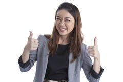 Усмехаясь выставка большого пальца руки бизнес-леди поднимающая вверх Стоковое фото RF