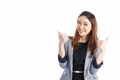 Усмехаясь выставка большого пальца руки бизнес-леди поднимающая вверх Стоковые Фото