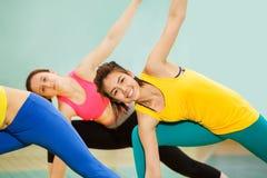 Усмехаясь гимнастика азиатского девочка-подростка практикуя Стоковое Фото