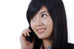 Усмехаясь говорить телефона бизнес-леди Стоковые Изображения