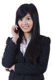 Усмехаясь говорить телефона бизнес-леди Стоковые Фотографии RF