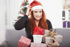 Усмехаясь головные девушки confused и держа подарки Стоковое Изображение