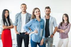 Усмехаясь группа в составе бизнесмены в офисе Стоковое Изображение RF