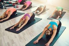 Усмехаясь группа в составе женщины делая тренировку в спортзале Стоковое Фото