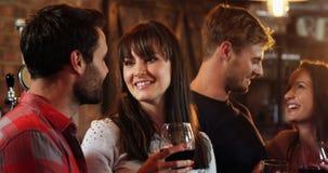 Усмехаясь группа в составе друзья взаимодействуя пока имеющ спирт сток-видео