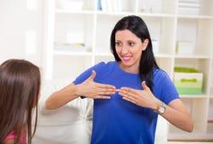 Усмехаясь глухая девушка уча язык жестов стоковая фотография rf