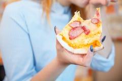 Усмехаясь дама офиса, на обеденном времени и пицце еды атмосфера праздничная стоковые изображения rf