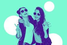 Усмехаясь девочка-подростки в солнечных очках имея потеху Стоковое Фото